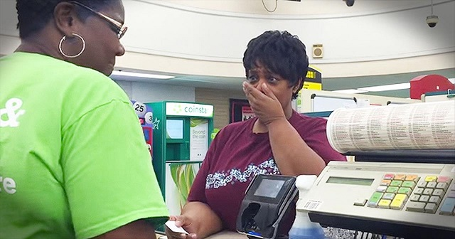 Someone just wanted to pay at the cashier's when something incredible happened