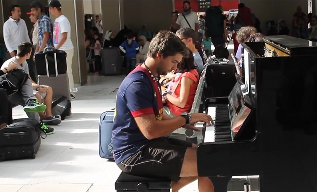 A wonderful piano concert in a Paris train station