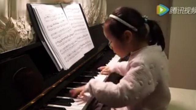 This little girl sits down at the piano and charms everybody in several seconds