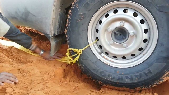 An ingenious way to remove a car stuck in sand or mud