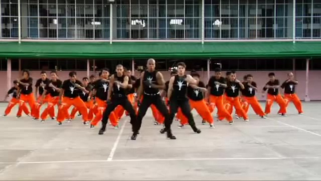 Prisoners dance on Thriller of Michael Jackson with an amazing choreography