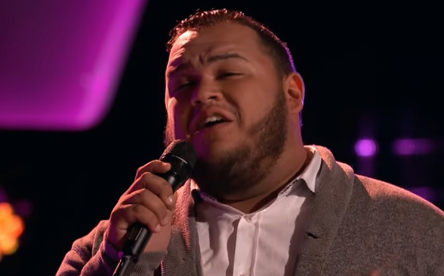 He chose to interpret a song in memory of his father. But after singing the first notes he amazes everyone with his voice