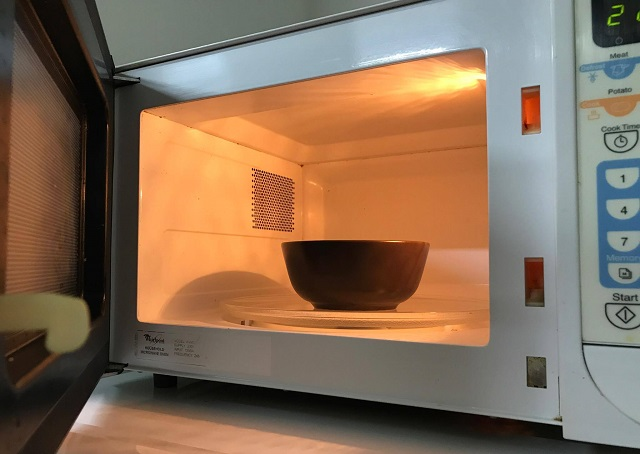 A clever and simple method for cleaning the microwave oven