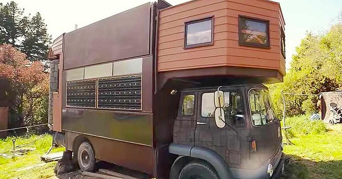 Watch how an old truck turns into a castle from the fairytales